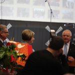 Gimnazijos direktorę N. Latvaitienę sveikina savivaldybės vadovai. Liudvinavo Kazio Borutos gimnazijos nuotrauka.