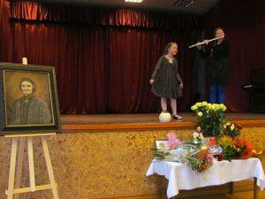 Dainuoja ir groja Mažeikių Vytauto Klovos muzikos mokyklos moksleivės
