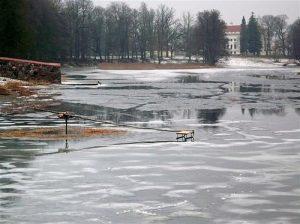 Kalvaratas. Tokios sūpynės, tik ant ledo.