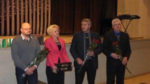 Klubo narius sveikino (iš kairės) Pakruojo seniūnas S. Margis, Socialinės rūpybos skyriaus vedėja D. Rutkevičienė, meras S. Gegieckas, mero pavaduotojas G. Grybė