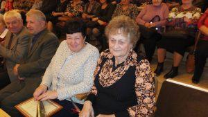 Už aktyvią veiklą apdovanotos (iš dešinės) Triškonių moterų klubo vadovė J. Ramonienė ir Linkuvos moterų klubo vadovė B. Strockienė.