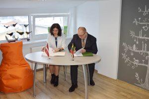 Bendradarbiavimo susitarimą pasirašo Daugpilio Universiteto Karjeros ir Iniciatyvų Centro vadovė Dr.Mārīte Kravale- Pauliņa ir Utenos teritorinės darbo biržos direktorius Egidijus Puodžiukas.