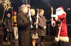 Kėdainių miesto eglę įžiebė rajono (iš kairės) meras S. Grinkevičius, mero pavaduotoja O. Urbonienė, administracijos direktorius O. Kačiulis
