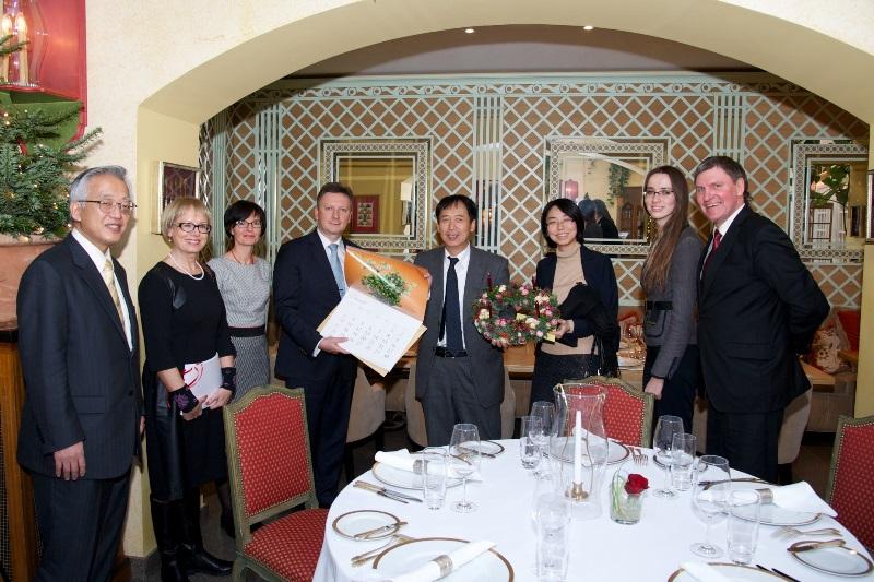 Dalykinis susitikimas. Iš dešinės: Adas Sendrauskas, ambasados darbuotoja, vertėja Milda Kraško, ambasados darbuotoja Nakata Keiko, ambasadorius Shigeeda Toyoei, meras Audrius Klišonis su žmona Inesa, Violeta Skierienė, ambasados darbuotojas Yamanaka Shinichi.