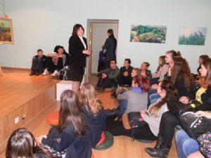 Bibliotekos direktorė Violeta Šukaitienė susirinkusiesiems pristatė popietės svečią
