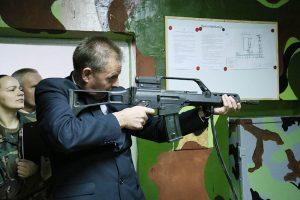 Lazerinę šaudyklą išbandė Tauragės rajono meras Sigitas Mičiulis