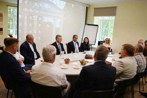 Jurbarko rajono mero Skirmanto Mockevičiaus iniciatyva Jurbarko turizmo ir verslo informacijos centre buvo surengtas susitikimas su verslininkais.
