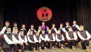 """Jurbarko kultūros centro liaudiškų šokių studijos """"Nemunėlis"""" jaunių grupė"""