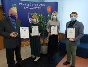 Meras P. Žagunis (kairėje) su projektą įgyvendinusiais savivaldybės tarnautojais (iš dešinės) A. Kaminskas, V. Petrauskienė, N. Gaižiūnienė.
