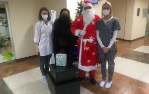Moters ir vaiko klinikos Naujagimių skyriaus koordinatorė Vaida Aleksandravičienė (pirma iš kairės) bei kiti skyriaus medikai nustebinti ir dėkingi Kalėdų seneliui ir Ankstukų asociacijai, pradžiuginusiai pietumis.