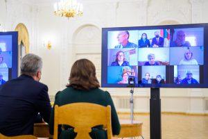 Prezidentas su pirmąja ponia vaizdo skambučiu kalbasi su Sausio 13-osios aukų artimaisiais / Prezidentūros nuotr.