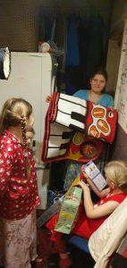 Vaikai dziaugiasi VTAS dovanomis