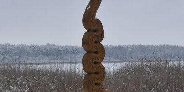 """""""Žalčio Žilvino"""" skulptūrą iš ąžuolo išdrožė tautodailininkas Mindaugas Vyšniauskas, o karūną skulptūrai nukalė kalvis Stasys Truncė / Rūtos Averkienės nuotr."""
