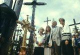 Bernardas Brazdžionis su šeima prie savo pastatyto kryžiaus, 1989 m.