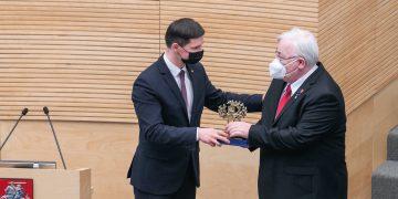 Laureatas E. Piurko ir Seimo Pirmininko pavaduotojas P. Saudargas / Džojos Barysaitės nuotr.