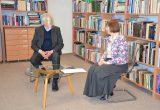 Nemažą klausytojų būrį tiek pačioje bibliotekoje, tiek anapus ekrano pritraukė susitikimas su kraštiečiu, žurnalistu, leidėju Juozu Vercinkevičiumi