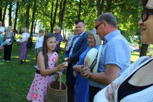 Moksleiviai įteikia tremtiniams po simbolinę Lietuvos tautinių spalvų žvakelę / Ramutės Vaitkuvienės nuotr.