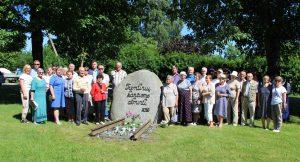 Bendra renginio dalyvių, svečių ir organizatorių nuotrauka atminčiai prie paminklinio akmens tremtinių kančioms atminti / Ramutės Vaitkuvienės nuotr.