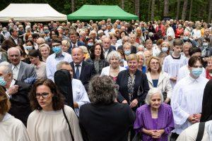 Į bažnyčios pašventinimo iškilmes susirinkusieji į jos vidų nesutilpo, todėl užpildė šventorių