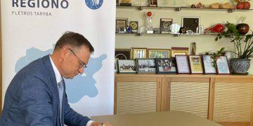 Alytaus rajono savivaldybės meras Algirdas Vrubliauskas pasirašo Liublino deklaraciją