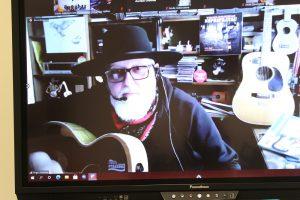 Nuotolinio susitikimo metu su V. Stakėnu skambėjo ir gitaros akordai / bibliotekos nuotr.