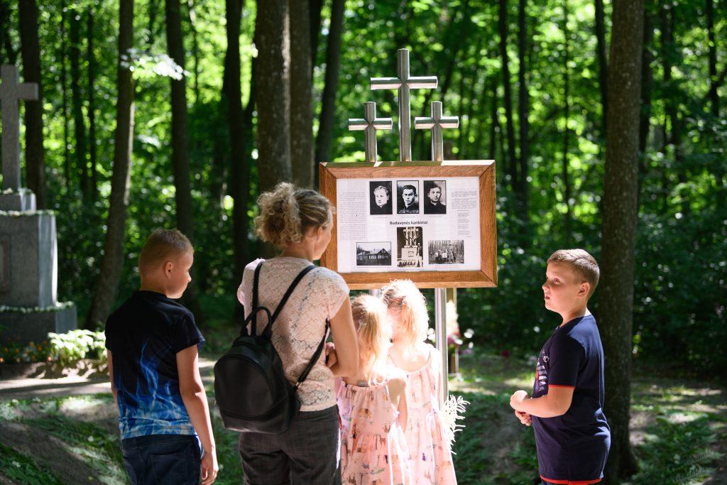 Prie tris nužudytus kunigus primenančios informacinės lentos / Vido Venslovaičio nuotr.