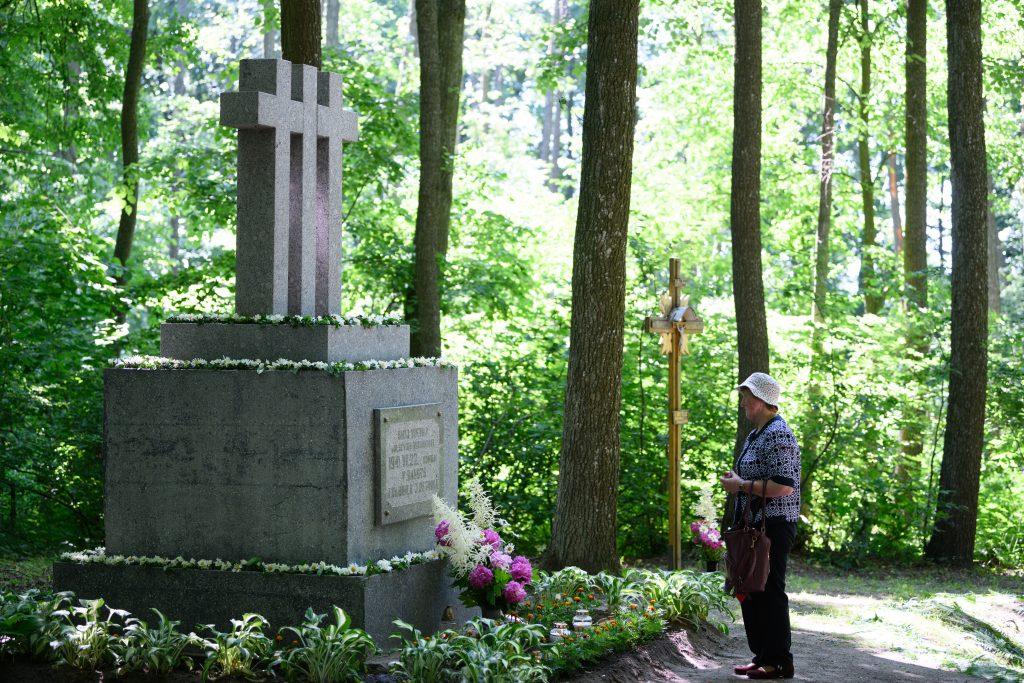 1989 metais Budavonės miške atstatytas paminklas kunigų kankinimo vietoje / Vido Venslovaičio nuotr.