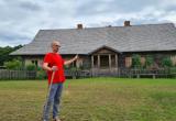 Meistras A. Svirnelis parodė puikiai naujų šeimininkų Varanavičių restauruotą šimtametį namą / KPD nuotr.