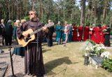 Dukstynos kapinėse prie prieš septynerius metus mirusio monsinjoro kapo kalbėjo ir giesmę grodamas gitara sugiedojo kun. Paulius Vaineikis OFM / Leono Nekrašo nuotr.