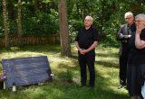 Vytautas Budnikas (kairėje) sakė, kad sovietmečiu parapija buvo tautiškumo puoselėjimo centras. Centre – Juozo Vitkaus-Kazimieraičio vaikaitis kun. Gintaras Vitkus SJ, dešinėje – sesuo Agnė Gučaitė / Romo Bacevičiaus nuotr.
