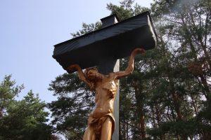 Kryžių vyskupui Vincentui Borisevičiui atminti išdrožė skulptorius Algirdas Varžinskas / Leono Nekrašo nuotr.