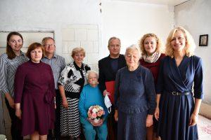 Moniką Aliulienę garbingo 100-ojo jubiliejaus proga pasveikino vicemerė Dalia Kitavičienė (nuotr. antra iš dešinės)