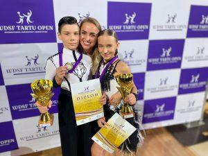 G. Dovydaitis ir G. Sokolninkaitė auksu džiaugėsi su trenere Migle Klupšaite - Vencke / LSŠF nuotr.