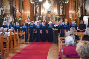 """Bažnyčioje giedojo Varėnos kultūros centro choras """"Harmonija"""" / Rūtos Averkienės nuotr."""