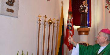 Vysk. Juozas Matulaitis šventina bareljefą Virgilijui Noreikai / Rūtos Averkienės nuotr.